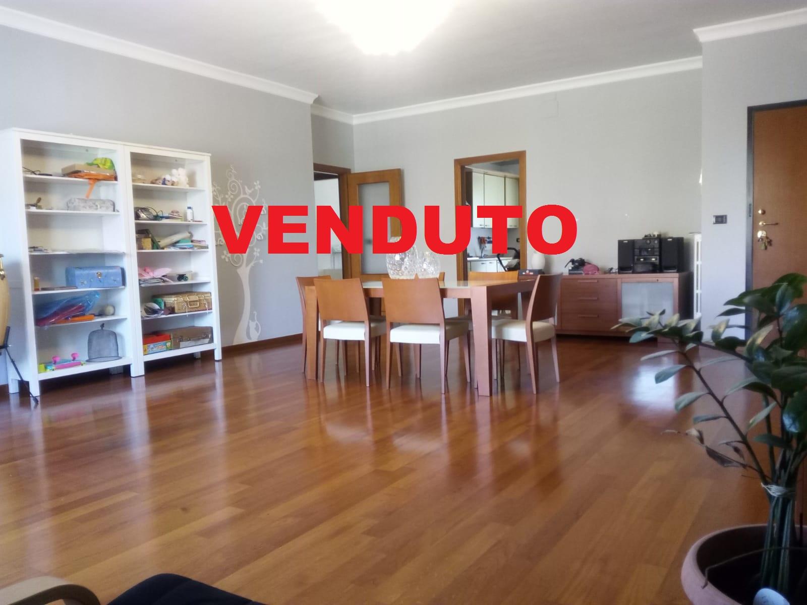 Appartamento in vendita a Foggia- Via Benedetto Croce bellissimo appartamento di 4 vani doppi servizi e box