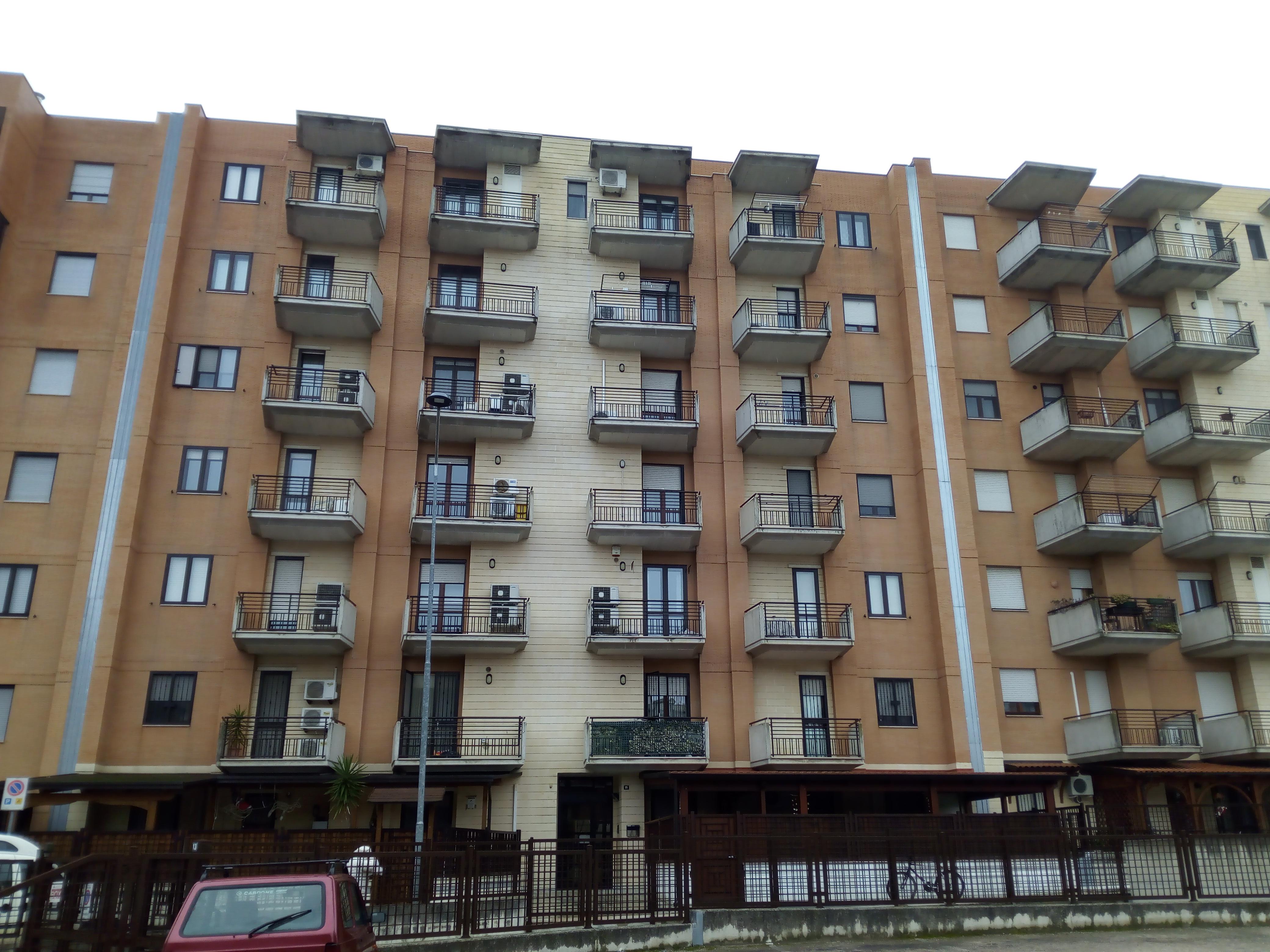 Lucera- Via Montale Appartamento 3 vani accessori e box.